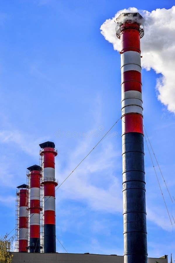 niebo błękitny kominowy przemysłowy dym obrazy royalty free