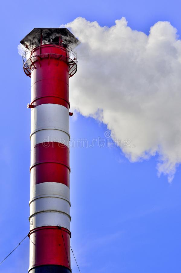 niebo błękitny kominowy przemysłowy dym zdjęcie royalty free