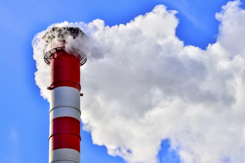niebo błękitny kominowy przemysłowy dym obraz stock