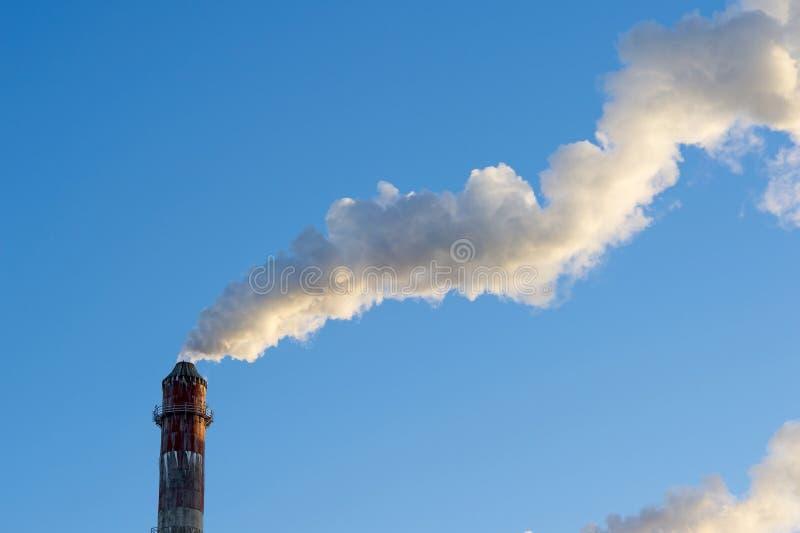 niebo błękitny kominowy przemysłowy dym obraz royalty free
