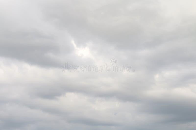 Niebo bielu deszczu burzy tło, bufiasty szary biel chmurnieje miękkiego tło fotografia stock