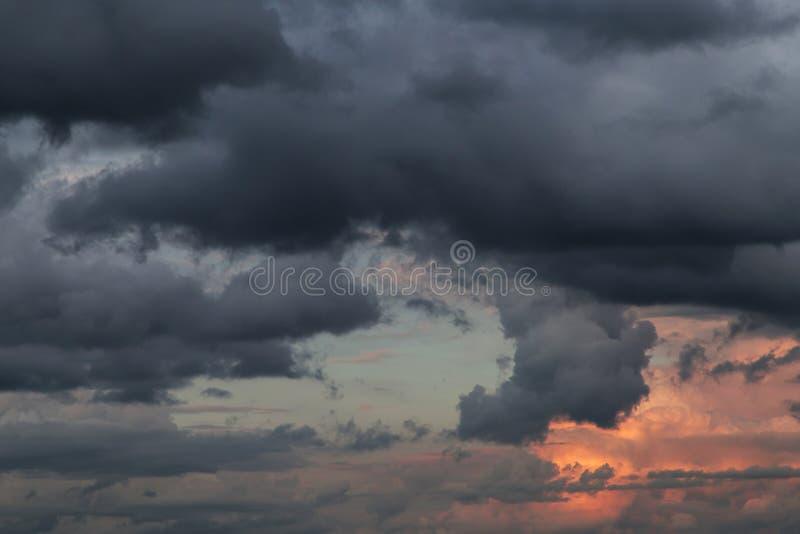 niebo burzliwe s?o?ca Ciemne Dramatyczne burz chmury zdjęcie royalty free