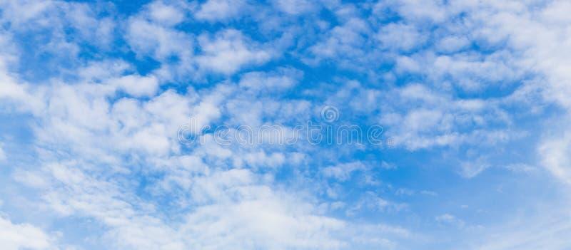 Niebo chmura dla panoramy dla tła, mobilna strona internetowa, druku medi zdjęcie stock