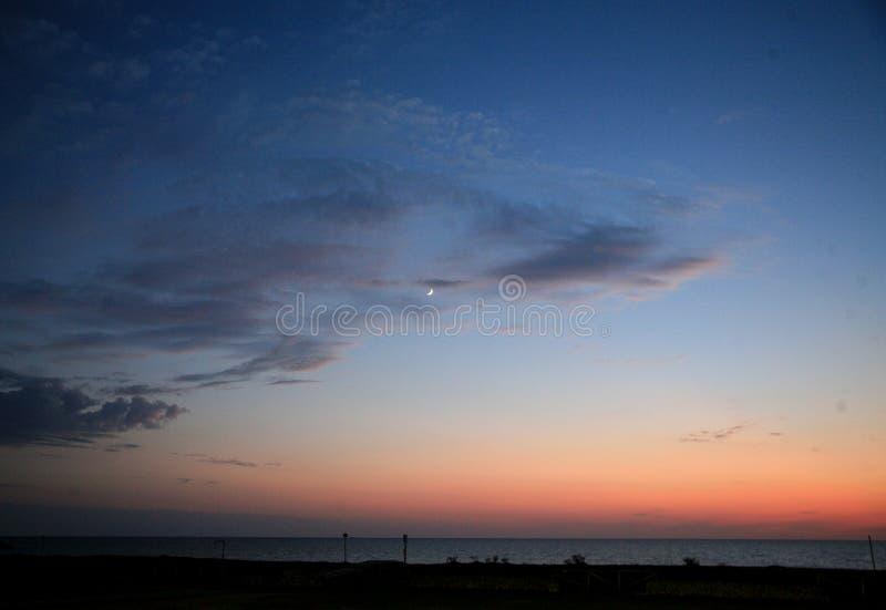 Niebo, chmury i księżyc, fotografia stock