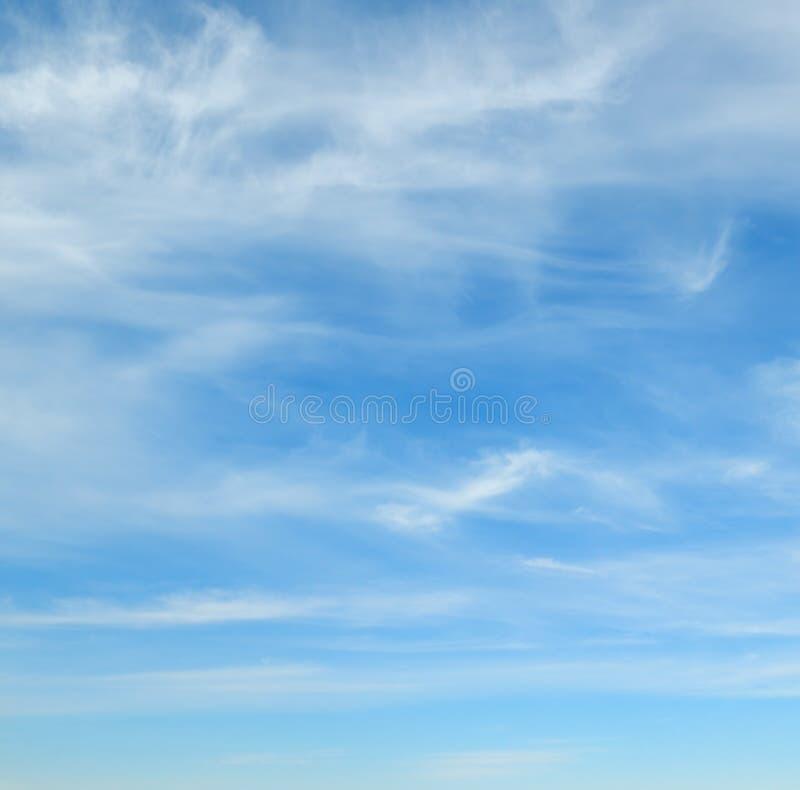Download Niebo, chmury niebieski obraz stock. Obraz złożonej z natura - 53776217
