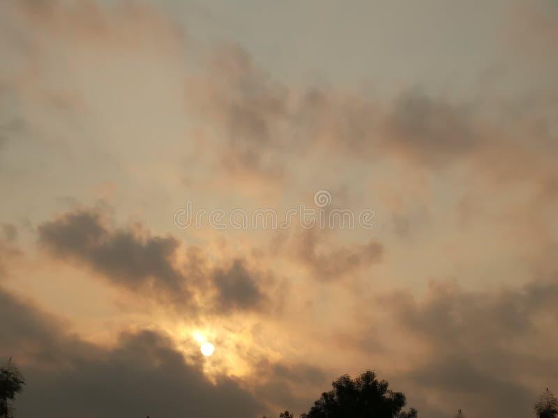 Niebo chmurzy słońce błyszczy tam jest chmurą w niebie i ocienia drzewa zdjęcia royalty free
