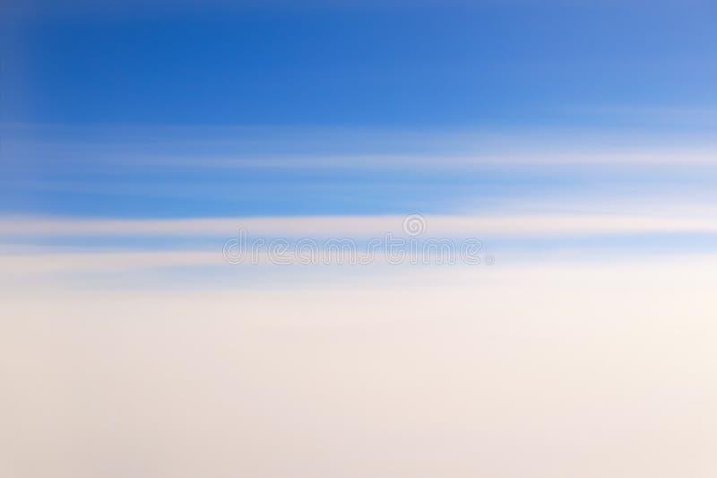 Niebo dzielący biały z elongated chmurami i błękitnym zdjęcie stock