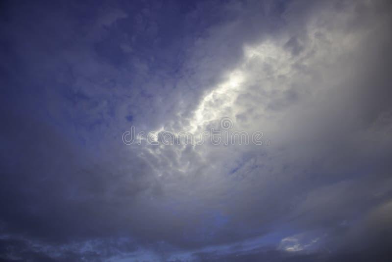 Niebo foluje chmury i tam jest lekki w środku zdjęcia stock