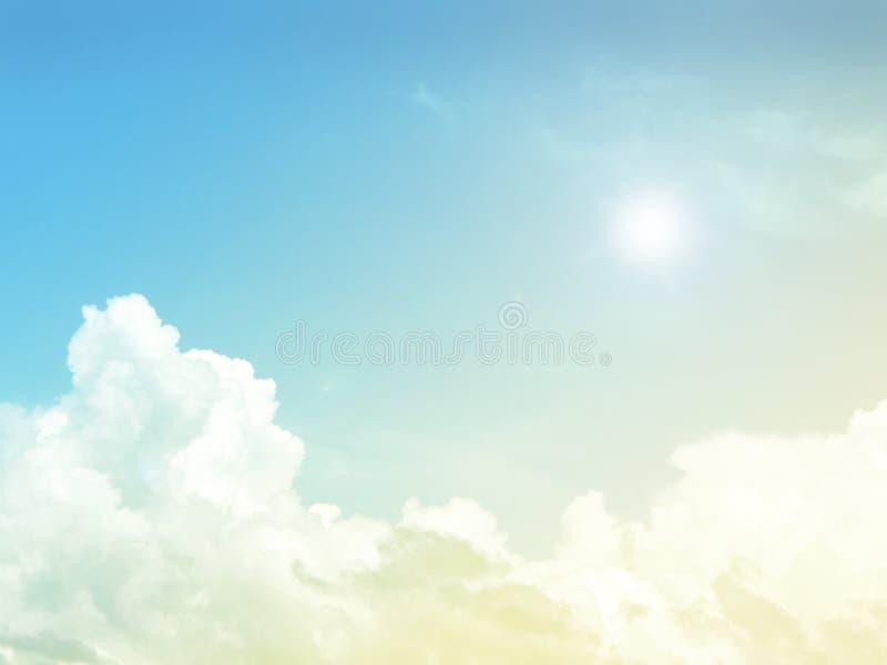 Niebo i chmurny tło z pastelowym barwionym gradientem zdjęcia royalty free