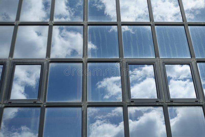 Niebo i chmury odbijający na budynków okno zdjęcie stock