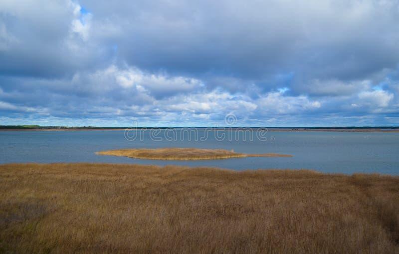 niebo i jezioro obrazy royalty free