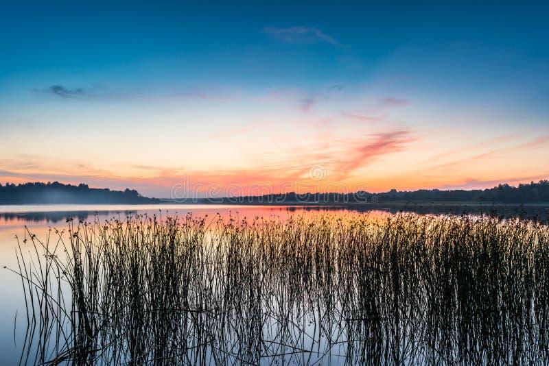 Niebo i jezioro w zmierzchu po zmierzchu obrazy royalty free