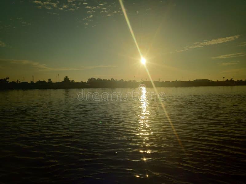 Niebo i słońce wzrastamy w rzece zdjęcie royalty free