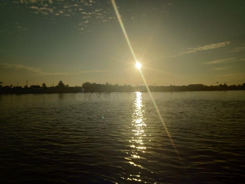 Niebo i słońce wzrastamy w rzece zdjęcia stock