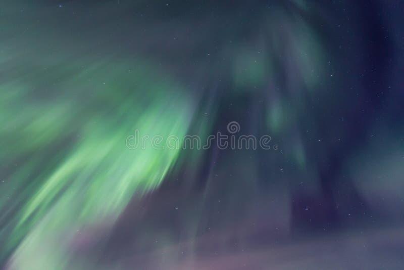 Niebo jaśnieje dynamicznymi zorz borealis fotografia stock