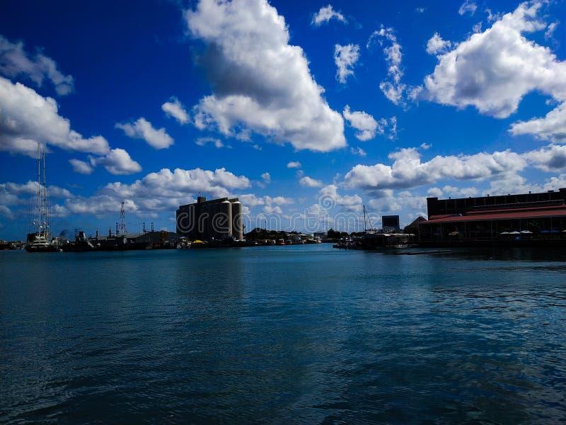 Niebo jest moczone przez białe chmury, a morze jest niebieskie z natury fotografia royalty free