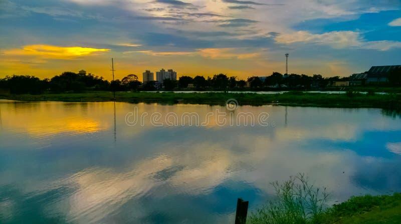 Niebo kolor odbija na wody powierzchni obrazy stock
