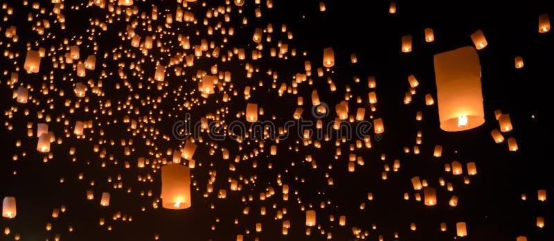 Niebo lampiony na czarnym niebie zdjęcia royalty free