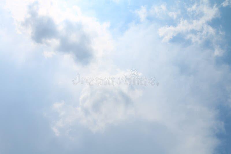 Niebo, Miękki niebieskie niebo Jasny, Pięknego błękitnego białego nieba puszyste chmury zdjęcie royalty free