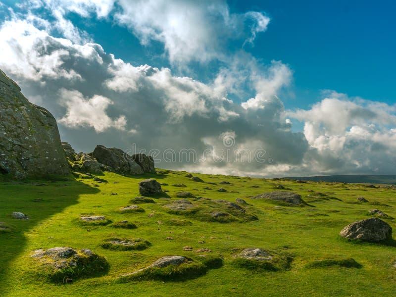 Niebo, moorland i kamienie, zdjęcia stock