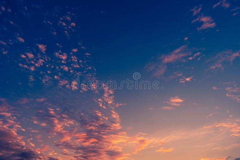 niebo obłoczny kolorowy dramatyczny zmierzch zdjęcie royalty free