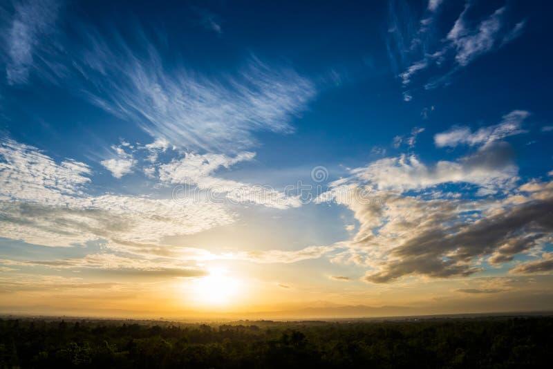niebo obłoczny kolorowy dramatyczny zmierzch fotografia royalty free
