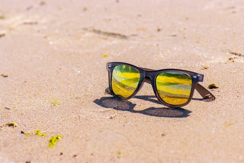 Niebo odbija w okularach przeciwsłonecznych, plaża fotografia stock