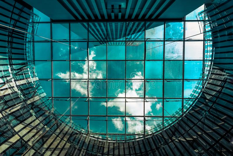 Niebo przez szklanego dachu obraz stock