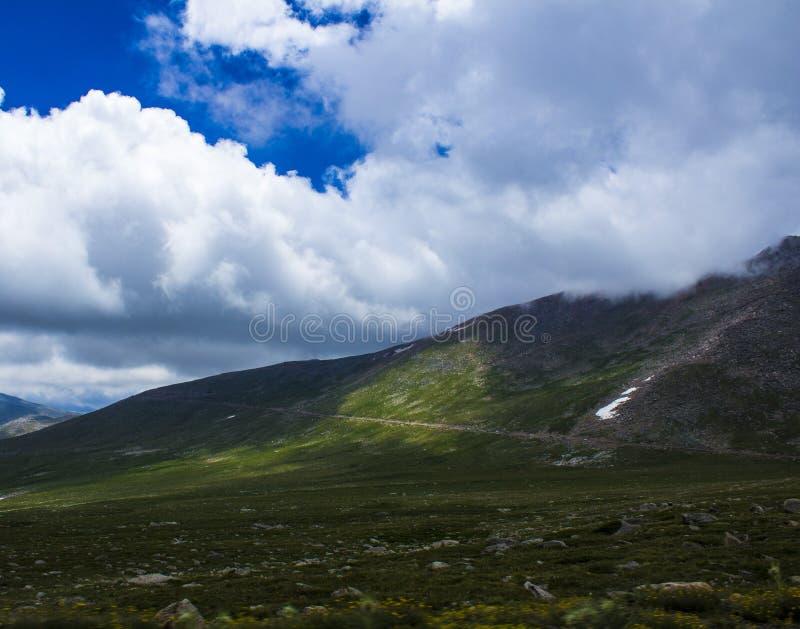 Niebo przy szczytem górskim zdjęcia royalty free