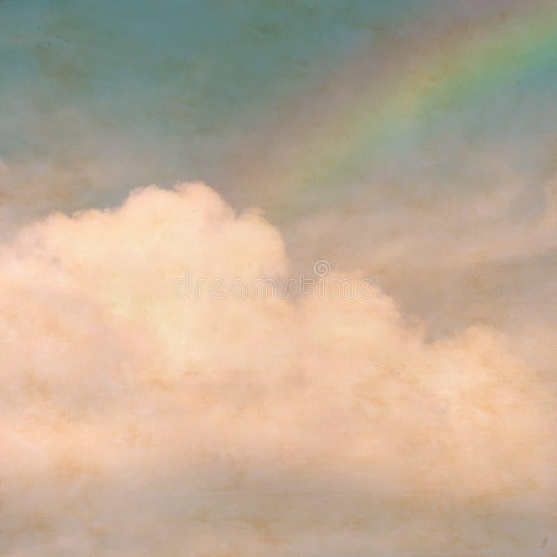 Niebo tęcza chmurnieje na textured, rocznika papierowy tło z fotografia royalty free