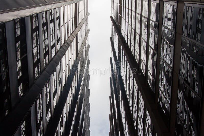 Niebo widok między dwa budynkami fotografia royalty free
