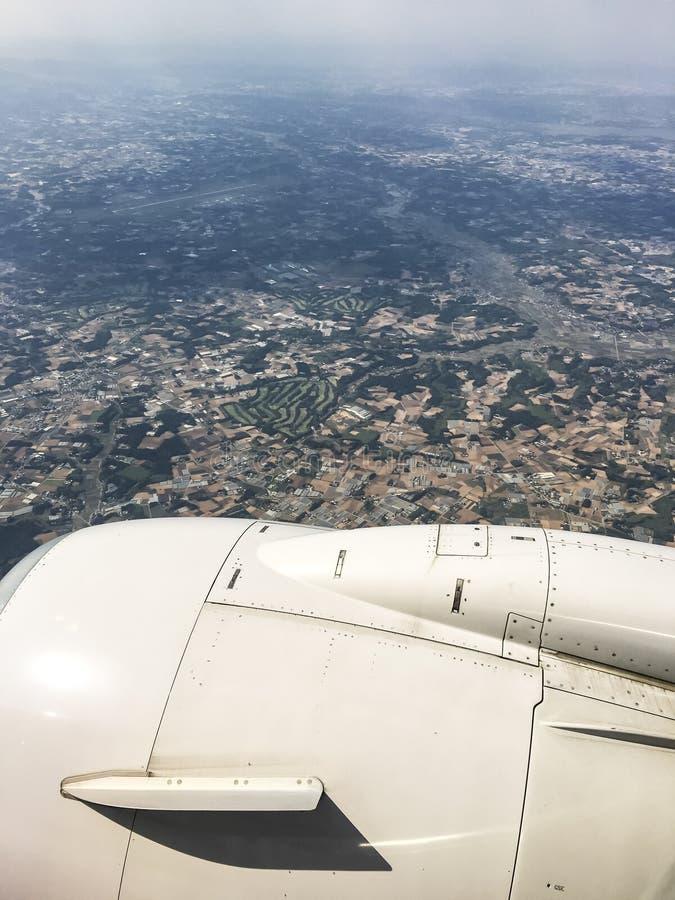 Niebo widzieć przez okno samolotowy odjeżdżanie przy Incheon lotniskiem zdjęcie stock