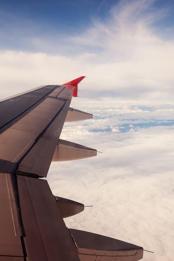 Niebo z chmurami pod skrzydłem samolotu obrazy stock