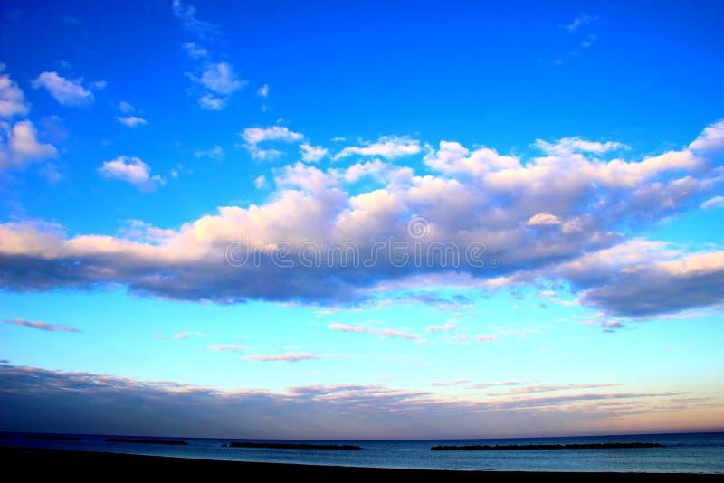 Niebo z cumulus chmurami nad morzem fotografia royalty free