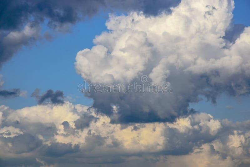 Niebo z cumulus chmurami przy zmierzchem b??kit nieba chmury t?a E obraz royalty free