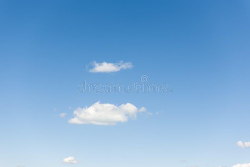 Niebo z dwa małą chmurą obraz royalty free