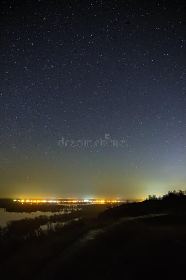 Niebo z gwiazdami w krajobrazie z stawem podobieństwo tła instalacji krajobrazu nocy zdjęcia stołu piękna użycia zdjęcie royalty free