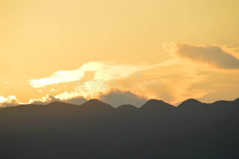 Niebo z niebieskiego nieba i bielu chmurami obrazy royalty free