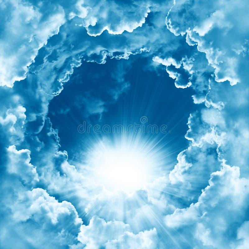 Niebo z piękną chmurą i światłem słonecznym Pokojowy chmurnego nieba naturalny tło słoneczny dzień Boski olśniewający niebo, świa obrazy stock