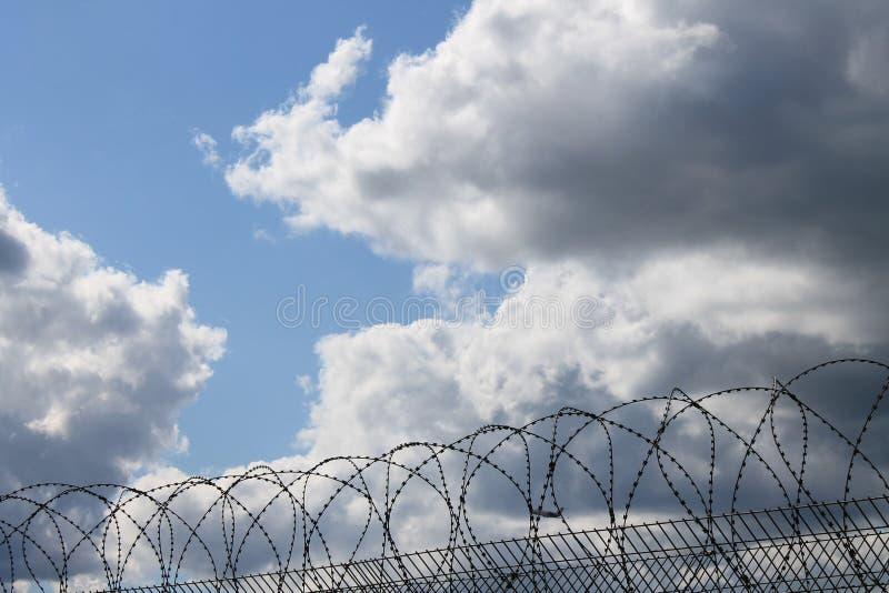 Niebo z sercowatą dziurą w chmurze zdjęcie stock