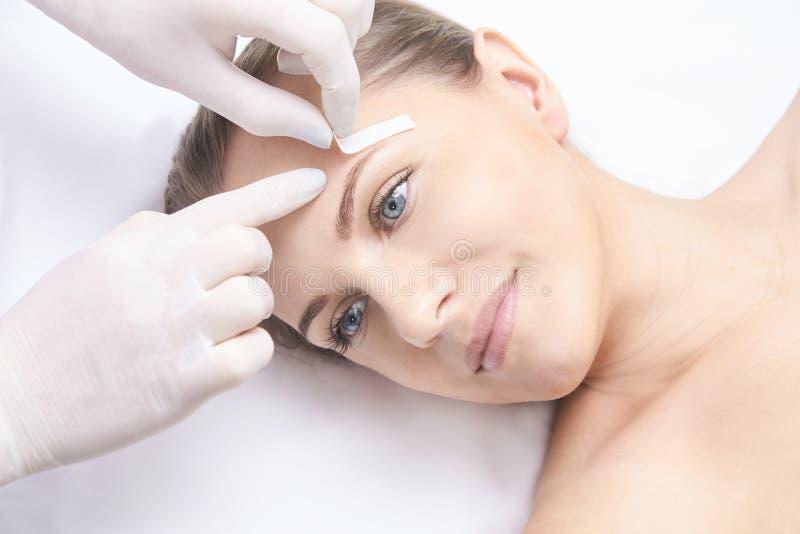 Niechciana włosiana wosk epilacja młode kobiety kosmetologia salonu traktowania procedura Domowy nawoskować obrazy stock
