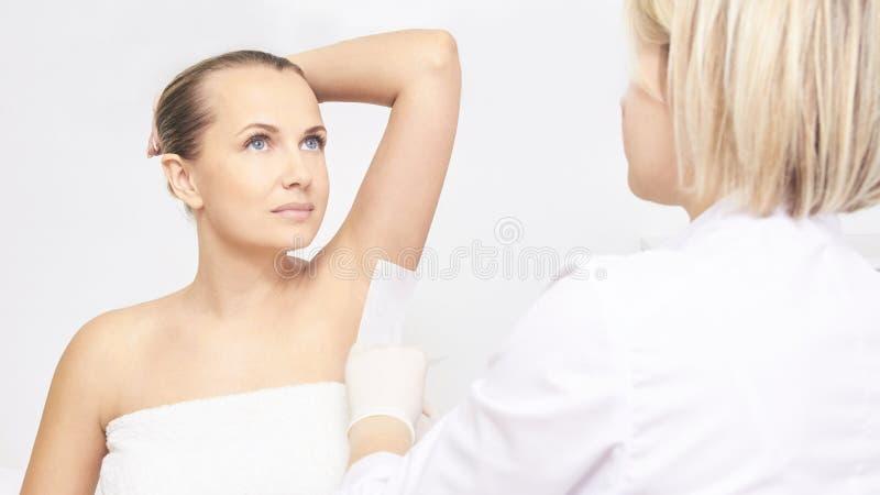 Niechciana włosiana wosk epilacja młode kobiety kosmetologia salonu traktowania procedura Domowy nawoskować zdjęcie stock