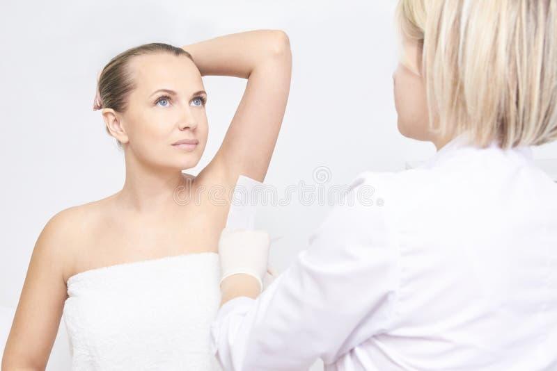 Niechciana włosiana wosk epilacja młode kobiety kosmetologia salonu traktowania procedura Domowy nawoskować zdjęcia stock