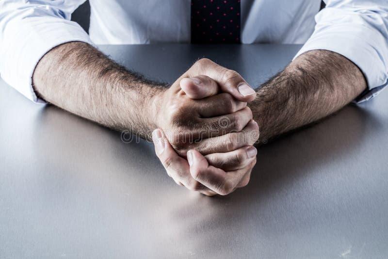 Niecierpliwi bossy biznesmen ręki gesty udaremniający i dokuczający zarządzaniem zdjęcia stock