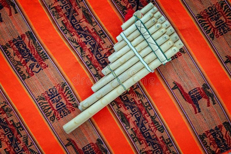 Niecka flet na tradycyjnym andyjskim tkaniny tle zdjęcia royalty free