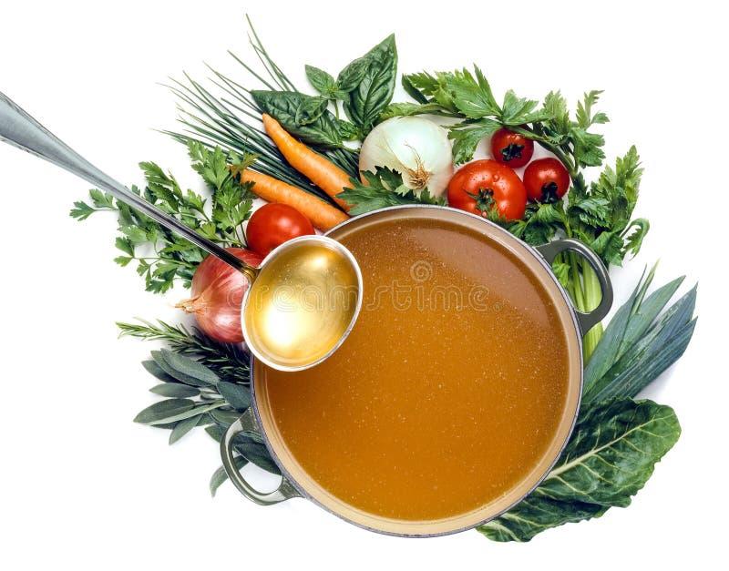 Niecka rosół i warzywa odizolowywający zdjęcia stock