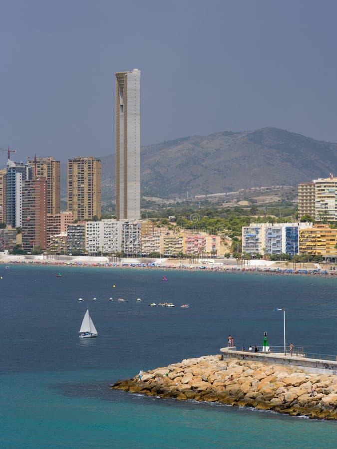 Niecka widok Benidorm Poniente plaża z portem, drapaczami chmur, łodziami i górami w Benidorm, Alicante, Hiszpania z podeszczowym obraz stock