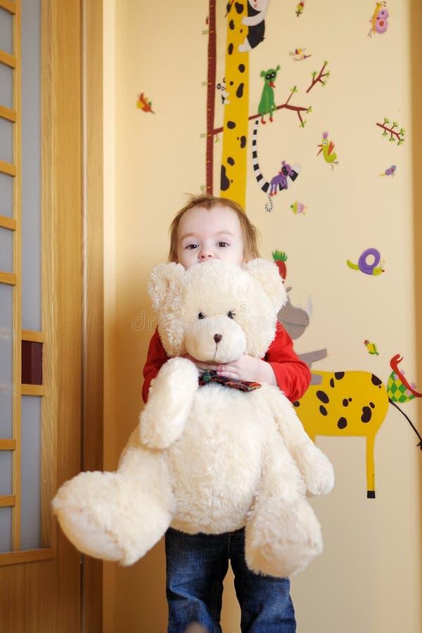 niedźwiadkowa dziewczyna mały holdin jej miś pluszowy obrazy stock