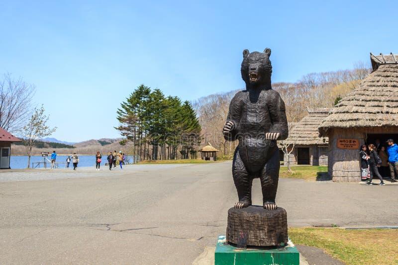 Niedźwiadkowa statua rzeźbił od drewna przy Shiraoi Ainu muzeum zdjęcia stock
