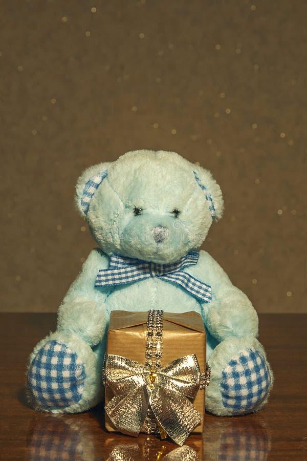 Niedźwiadkowa zabawka jest niespodzianką dla ciebie zdjęcie royalty free
